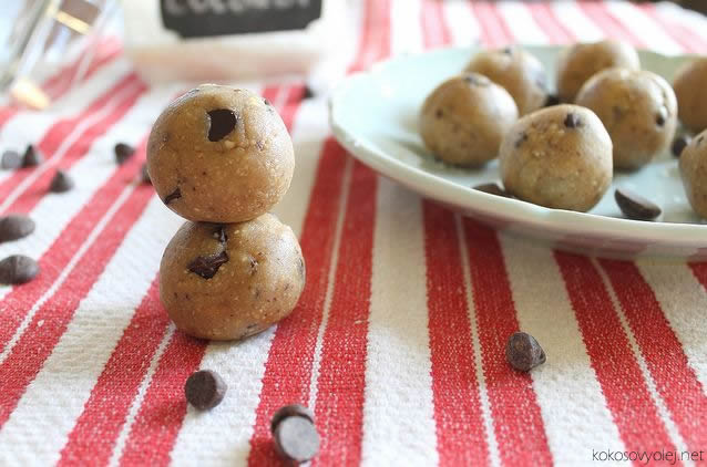 kokosové guľôčky s čokoládovými lupienkami | runningtothekitchen.com