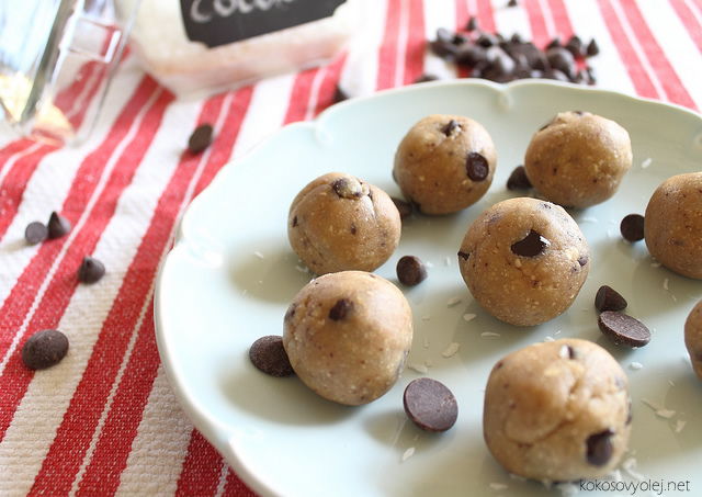 kokosové guľky s čokoládovými lupienkami | runningtothekitchen.com