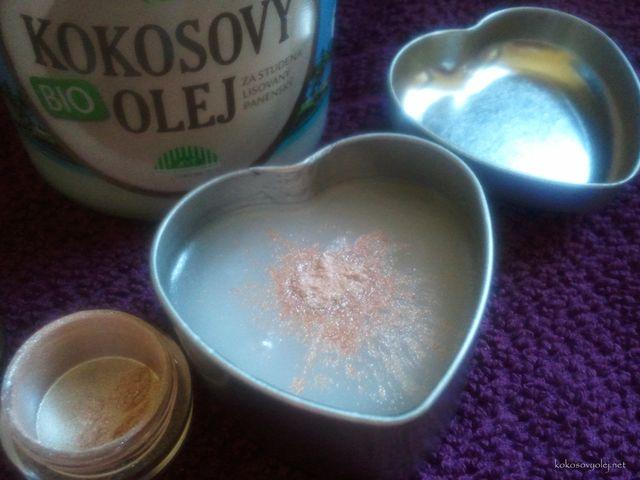 do kokosového oleja nasypeme trblietavý telový prášok