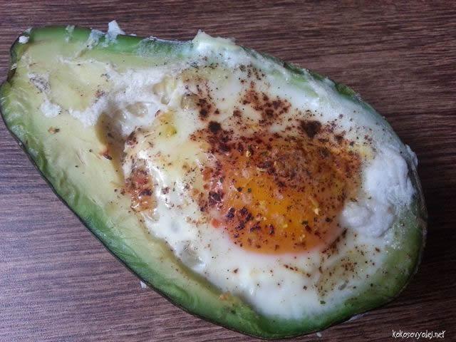 vajíčko zapečené v avokáde zdravé paleo raňajky
