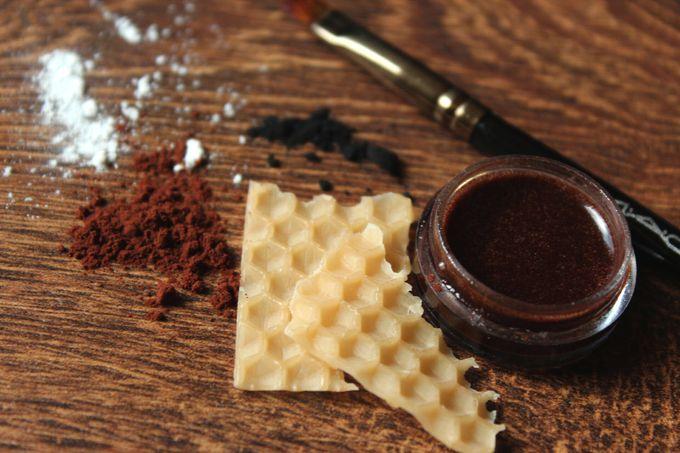 prírodná hnedá farba na obočie z kakaového prášku a včelieho vosku