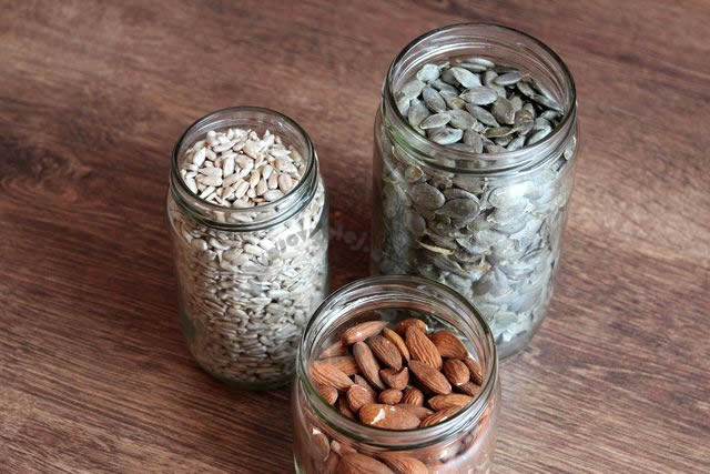 pražené slnečnicové semienka, dyňové semienka, mandle